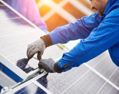 saules-elektrines-elementai-įkrovimo-stoteles